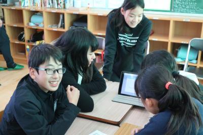 AR動画が視聴できる壁新聞を制作。松野西小学校6年生の取り組み