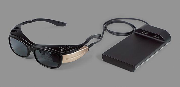 ARグラス「RETISSA Display II」を使えば視力に関係なく自然な映像が視聴できる