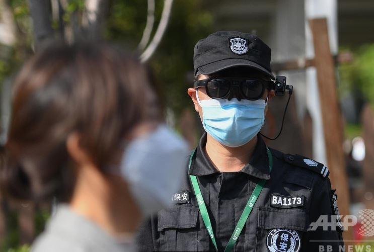 中国の観光地で感染症対策のため来園者体温をARグラスで測定