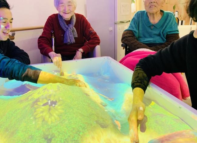 ARで砂遊びをしながら天地を創造する「iSandBOX」が、福祉介護業界に初導入