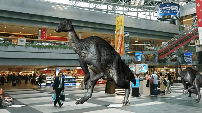 北海道で発見された恐竜「むかわ竜」が新千歳空港にARで蘇る!外国人向けの実証実験を実施